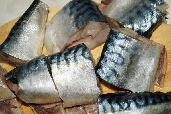 skumbrija-tushonaja-s-morkovkoi-i-lukom1